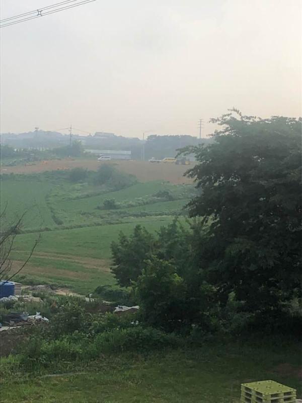 구문천리에서의 아침, 멀리 이른아침부터 일하는 농부들의 모습이 눈에 들어옵니다.